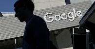 Мужчина проходит мимо здания на территории кампуса Google в Калифорнии. Архивное фото