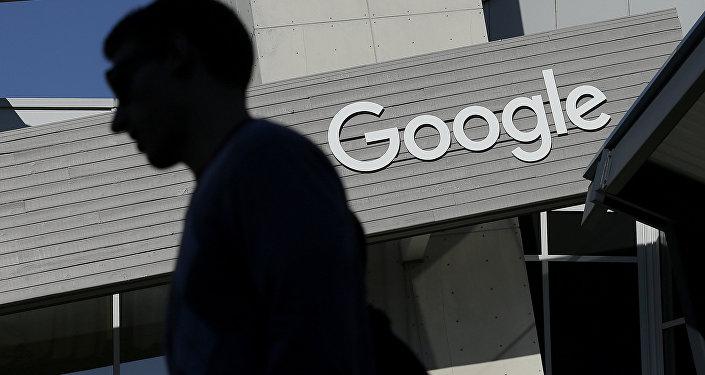 Мужчина проходит мимо здания на территории кампуса Google в Калифорнии. Архивное