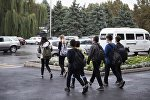 Школьники переходят дорогу в центре Бишкека. Архивное фото