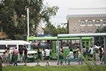 Люди в ожидании общественного траспорта на остановке в Бишкеке. Архивное фото