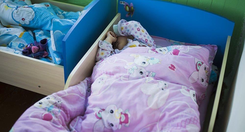Ребенок в детской кровати. Архивное фото