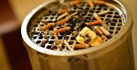 Заполненный окурками пепельницы. Архивное фото