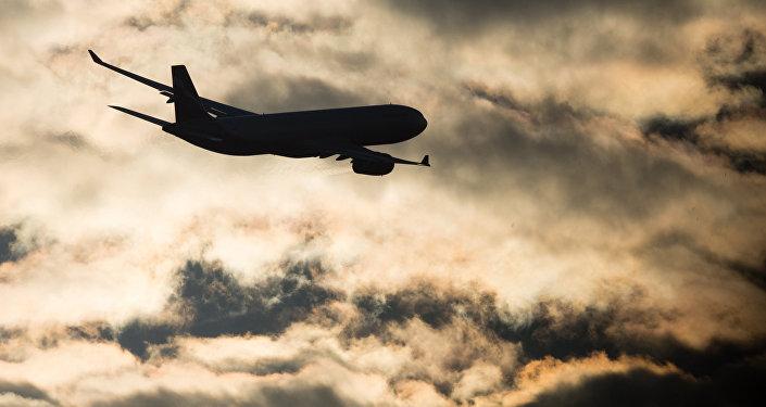 Самолет совершает взлет в аэропорту. Архивное фото