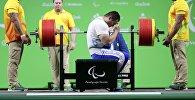 Кыргызстанец Жыргалбек Орозбаев на турнире по пауэрлифтингу на Паралимпийских играх в Рио-де-Жанейро
