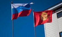 Государственные флаги России и Кыргызстана. Архивное фото