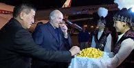 Цветы и боорсоки, как встретили Лукашенко в Кыргызстане