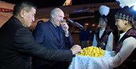 Александр Лукашенкону премьер-министр Сооронбай Жээнбеков боорсок менен тосуп алды