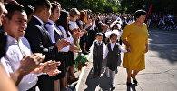 Школьники на линейке первого сентября. Архивное фото