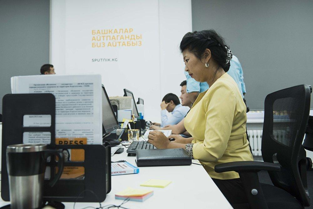 Sputnik Кыргызстан сайтынын кыргызча версиясынын редактору Канышай Бешбаева иш үстүндө