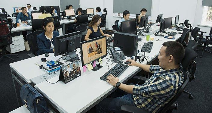 Сотрудники международного информационного агентства и радио Sputnik в современном редакционном центре Sputnik Кыргызстан в Бишкеке.