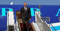 Президент Азербайджана Ильхам Алиев спускается с трапа самолета в аэропорту Манас, в рамках саммита СНГ