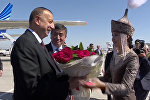 Азербайжан президенти Ильхам Алиев кучак толо гүл алып, боорсоктон ооз тийди