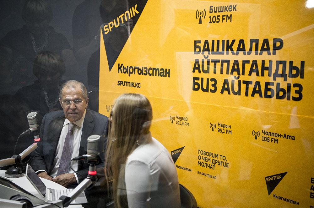 Sputnik Кыргызстан радиосунун студиясында ТИМдин жетекчиси Лавров эксклюзивдүү маек курууда