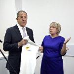 Sputnik Кыргызстан агенттигинин жетекчиси Елена Череменина Лавровго редакцияны көргөзүү менен бирге бренддик көйнөктү белекке берди