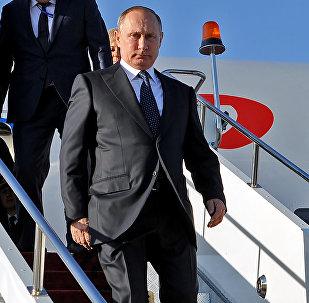 Президент России Владимир Путин спускается с трапа самолета. Архивное фото
