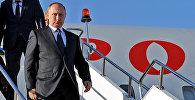 Президент России Владимир Путин спускается с трапа самолета, прибывший в Кыргызстан в рамках саммита СНГ