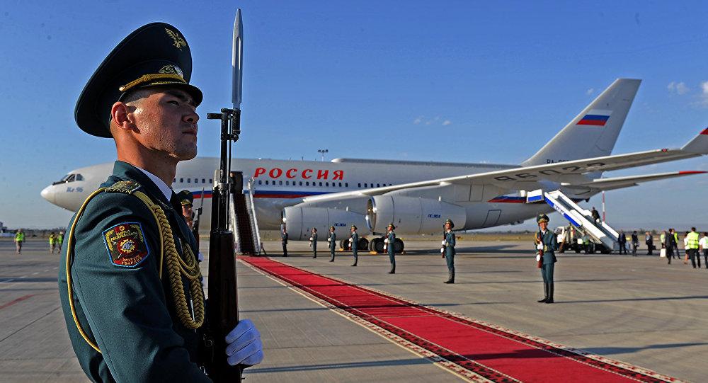 Солдаты национальной гвардии встречают почетного гостя в аэропорту Манас. Архивное фото