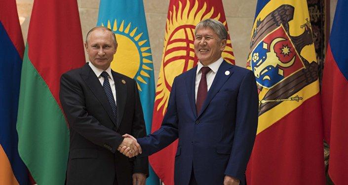 Президент РФ Владимир Путин и президент Кыргызстана Алмазбек Атамбаев на церемонии официальной встречи глав государств СНГ. Архивное фото