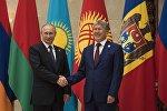 Президент РФ Владимир Путин и президент Кыргызстана Алмазбек Атамбаев во время встречи. Архивное фото