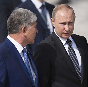 Кыргызстан башчысы Алмазбек Атамбаев жана Россия президенти Владимир Путиндин архивдик сүрөтү