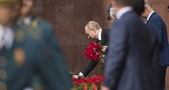 Президент РФ Владимир Путин вместе с лидерами других стран СНГ принимает участие в церемонии возложения венков