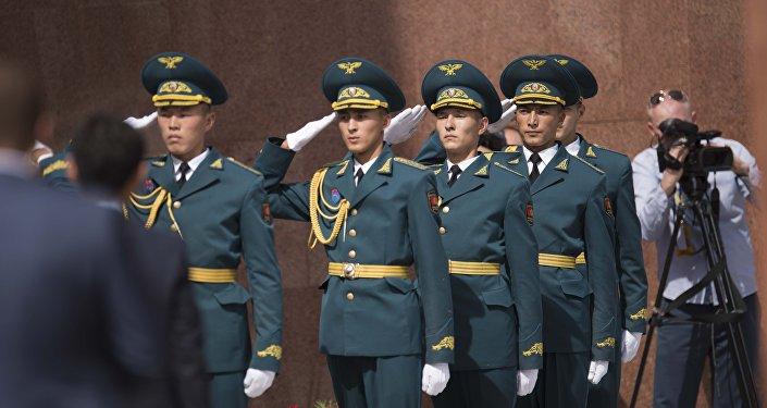 Солдаты национальной гвардии во время церемонии возложения венков