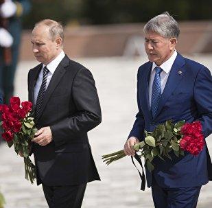 Архивное фото президента РФ Владимира Путина и главы Кыргызстана Алмазбека Атамбаева