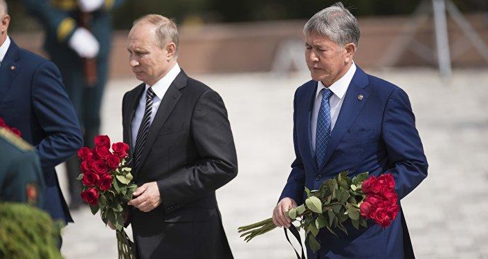 Президент РФ Владимир Путин и глава Кыргызстана Алмазбек Атамбаев принимают участия в церемонии цветов к мемориалу погибшим в ходе Национального освободительного движения 1916 года комплекса Ата-Бейит в Бишкеке.