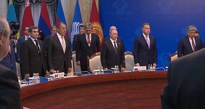 Атамбаев, Путин, Саргсян иФилип возложили венки кмемориалу ВОВ вАрашане