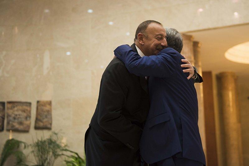 Президент Азербайджана Ильхам Алиев и президент Кыргызстана Алмазбек Атамбаев на церемонии официальной встречи глав стран – участниц Содружества Независимых Государств в Бишкеке