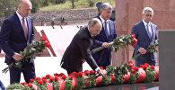 Путин баштаган жетекчилер Үркүндүн курмандыктарын эскерип, гүл коюшту