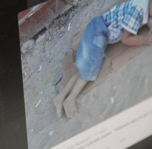 Фото с социальной сети Facebook, 3-летний мальчик по имени Исхак спит на картоне