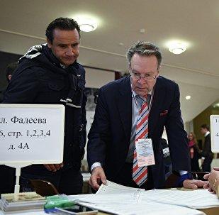 Специальный координатор Парламентской Ассамблеи ОБСЕ Илкка Канерва (в центре) в единый день голосования на избирательном участке № 141 в Москве.