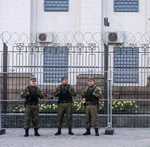 Сотрудники службы безопасности у посольства Российской Федерации в Киеве, где проходят выборы в единый день голосования.