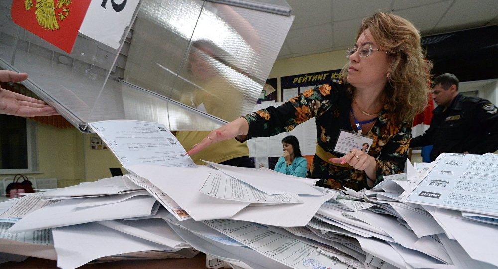 Члены избирательной комиссии во время подсчета голосов на одном из избирательных участков в единый день голосования. Архивное фото