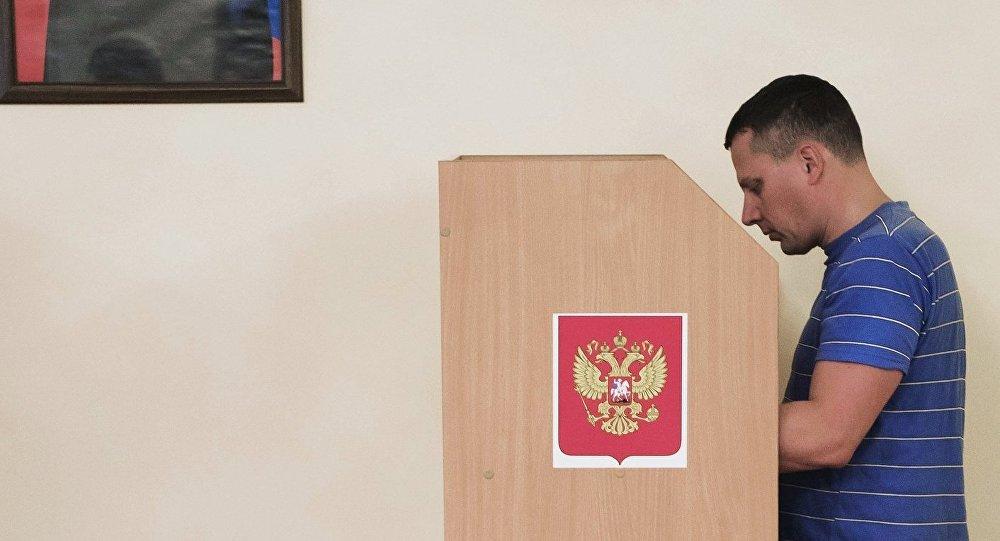 Избиратель голосует на выборах депутатов Государственной Думы РФ VII созыва на избирательном участке в посольстве РФ в Бишкеке. Архивное фото