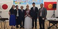 Көзү начар көргөн кыргызстандык ырчы Гүлүм Касымбаева(ортодо), Япония шаарында