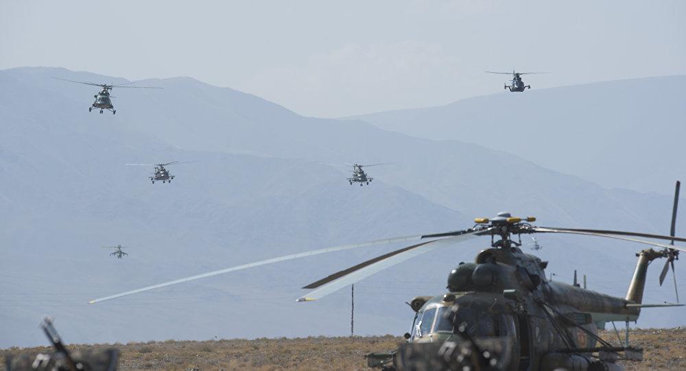 Вертолетная эскадрилья проводит маневры на учениях ШОС Мирная миссия — 2016 на Иссык-Куле