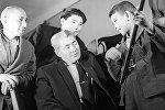 СССРдин эл артисти Абдылас Малдыбаевдин архивдик сүрөтү(ортодо)