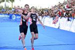 Братья Джонатан и Алистер Браунли, которые удостоились серебряной и бронзовой медалей в финальном забеге Мировой серии по триатлону в Мексике