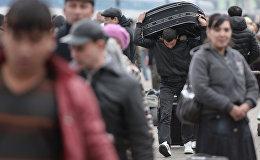 Архивное фото мигрантов на одном из вокзалов Москвы