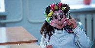 Архивное фото ребенка в игрушечной маске