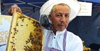 Пчеловод на фестивале меда в Кара-Кулжинском районе