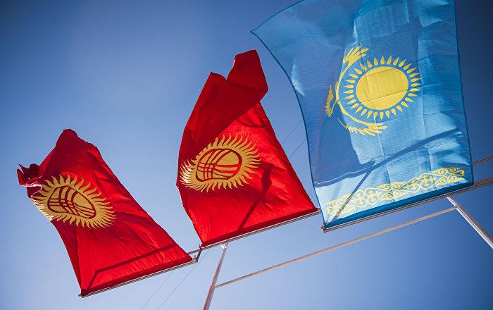Кыргызстан жана Казакстан желеги. Архивдик сүрөт