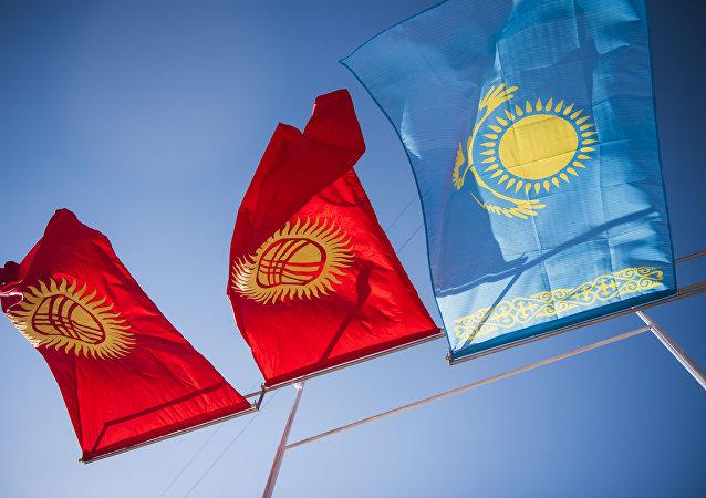 Кыргызстан жана Казакстан желектери. Архивдик сүрөт