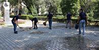 Сотрудники банков убирают территории памятника в рамках эстафеты Наши памятники — наша память