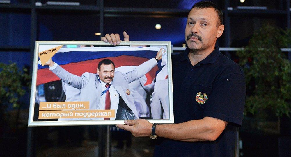 Член белорусской паралимпийской сборной Андрей Фомочкин, вынесший на открытии Паралимпиады в Рио-де-Жанейро флаг России