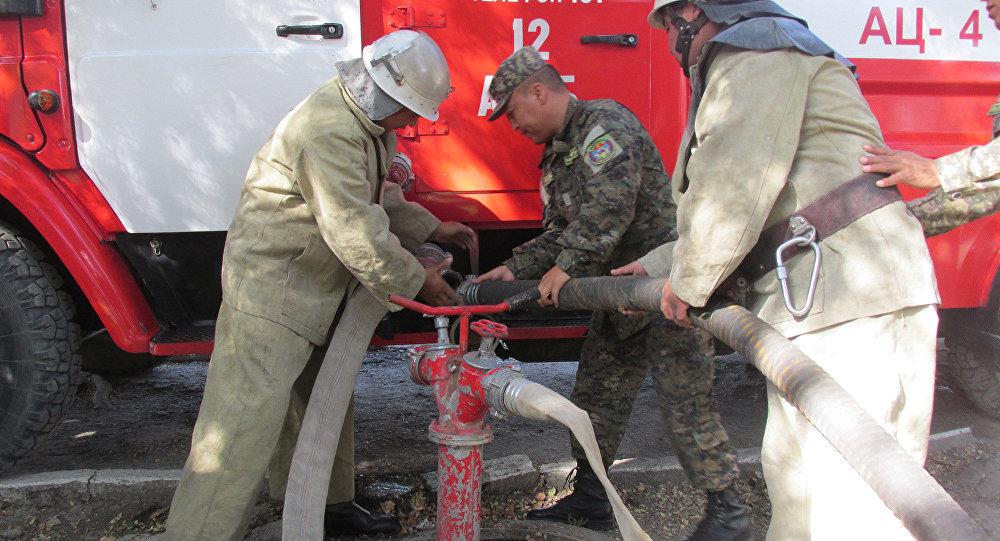 Пожарные на учениях в филармонии имени Рыспая Абдыкадырова в Оше