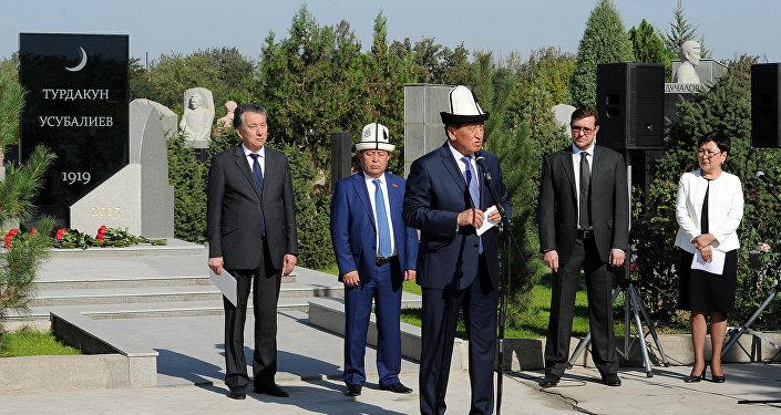 Премьер-министр Кыргызской Республики Сооронбай Жээнбеков на церемонии открытия памятника государственному и общественному деятелю, герою КР Турдакуну Усубалиеву