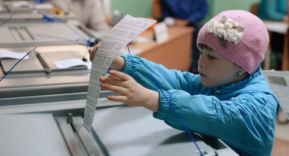 Девочка в день голосования на избирательном участке